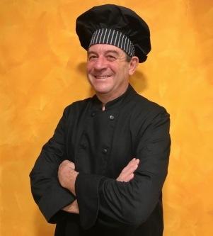 El nostre xef executiu va néixer a Còrdova el 1963, la seva passió per la cuina ha estat present des de ben petit, i així ho ha plasmat durant tota la seva trajectòria professional.